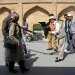 در این طرح سادگی و صمیمیت مردم شیراز با طنز زیبای شیرازی به تصویر کشیده شده است.        سين...